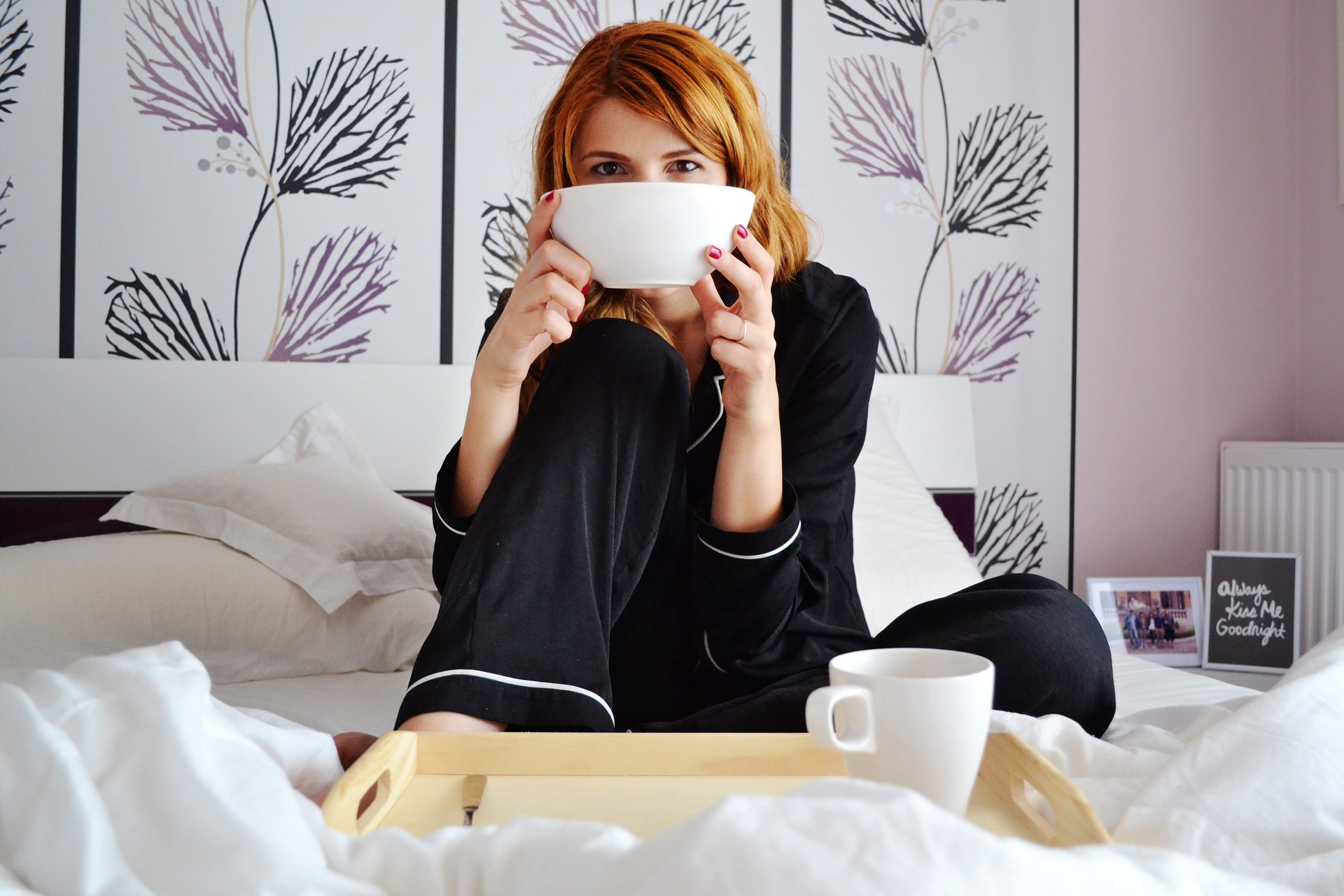 girl-in-bed-2004771_1920